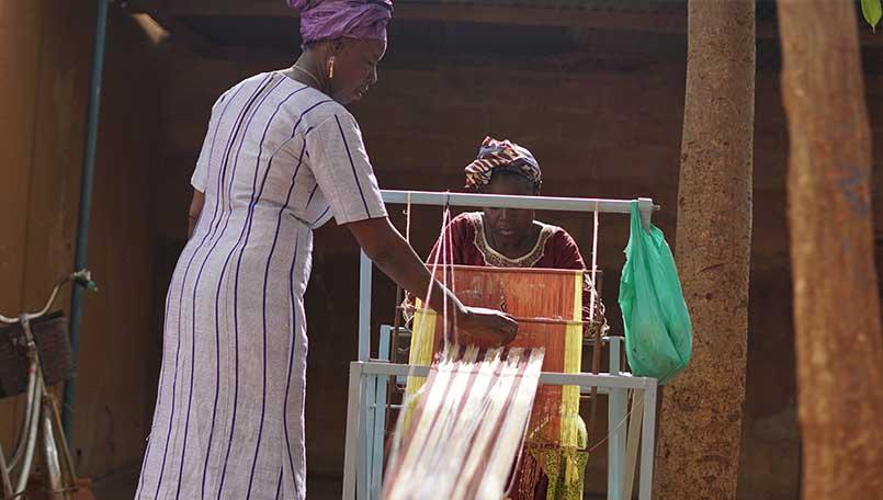 Elisabeth Delma forme les femmes au tissage